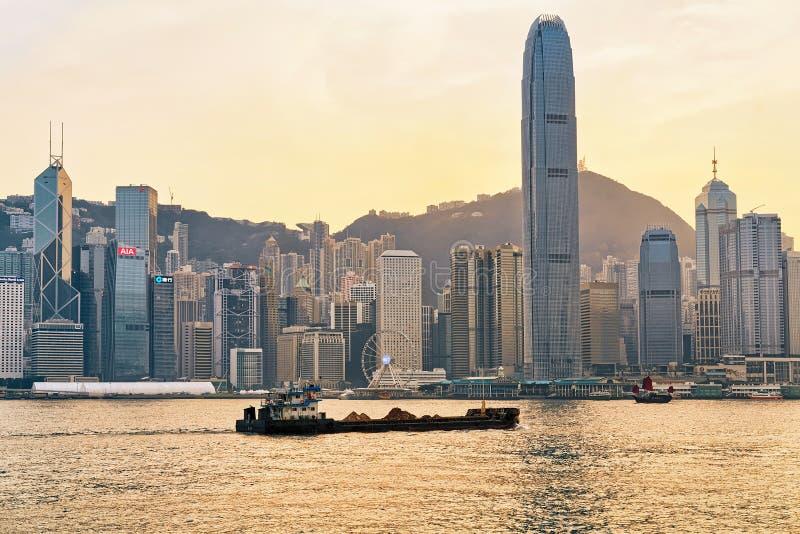 Сухая гавань грузовых суда и Виктория захода солнца HK золотого стоковые изображения rf