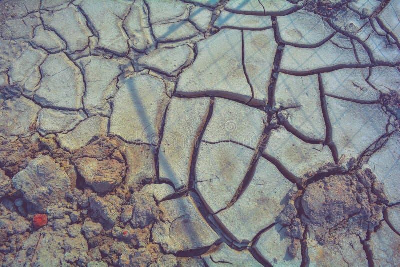 Сухая земля грязи, трескает текстуру, гравий гранита Сухая грязная почва Отказы на глине стоковые изображения rf
