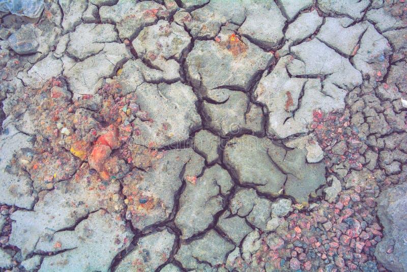Сухая земля грязи, трескает текстуру, гравий гранита Сухая грязная почва Отказы на глине стоковая фотография