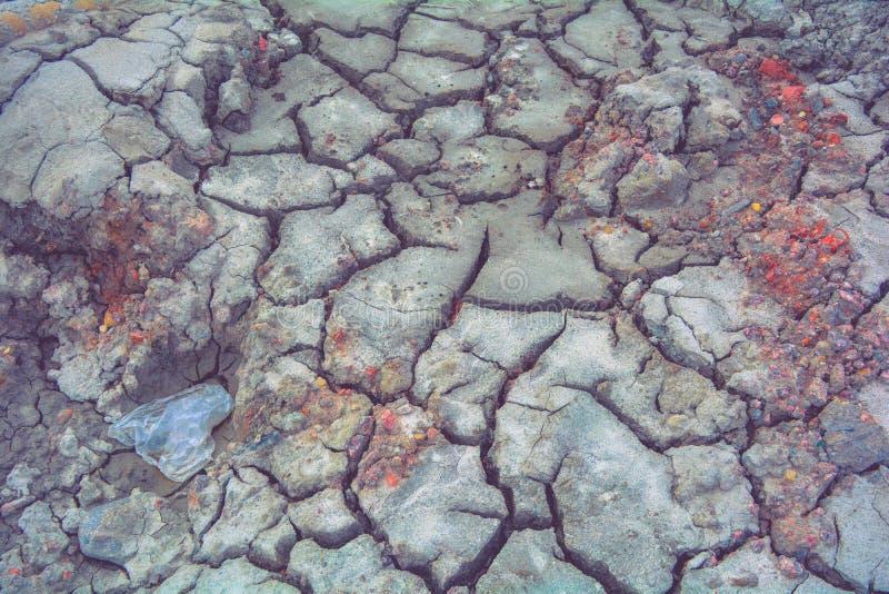 Сухая земля грязи, трескает текстуру, гравий гранита Сухая грязная почва Отказы на глине стоковое изображение