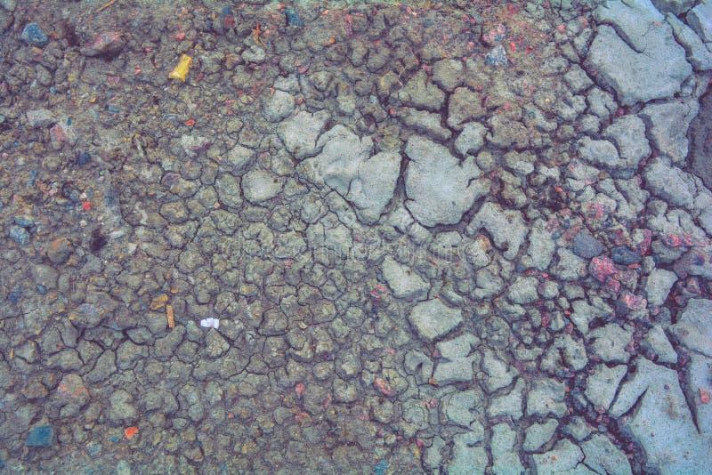Сухая земля грязи, трескает текстуру, гравий гранита Сухая грязная почва Отказы на глине стоковое фото