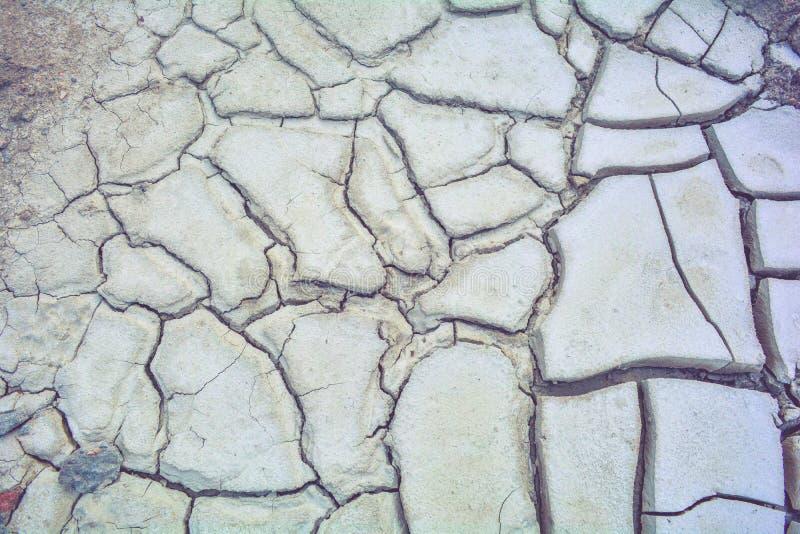 Сухая земля грязи, трескает текстуру, гравий гранита Сухая грязная почва Отказы на глине стоковое изображение rf