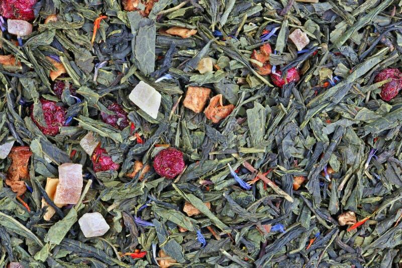 Сухая элита цветет зеленый чай с кусками экзотических плодов, ягод и лепестков стоковое изображение