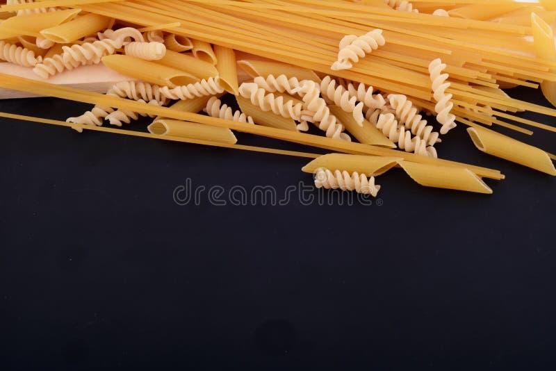 Сухие макаронные изделия с классн классным стоковые фото