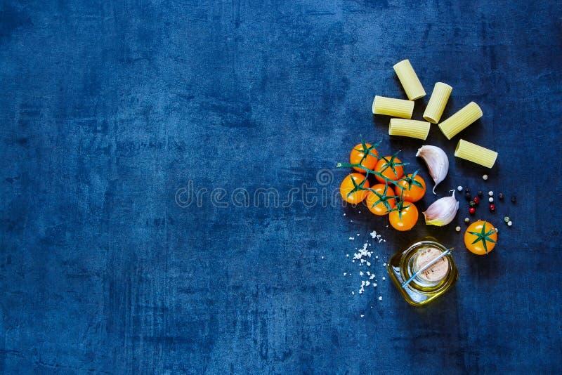 Сухие макаронные изделия с оливковым маслом стоковая фотография rf