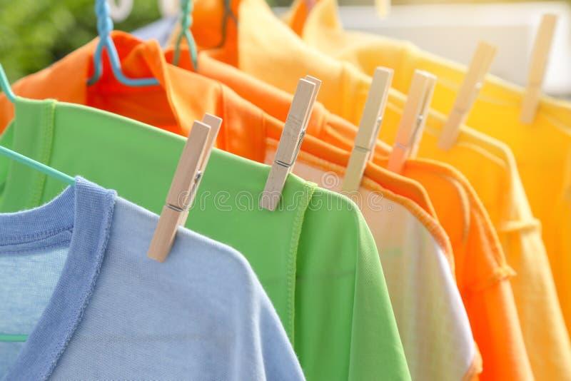 Сухие одежды в ярких цветах стоковые фотографии rf