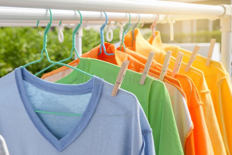 Сухие одежды в ярких цветах стоковые фото