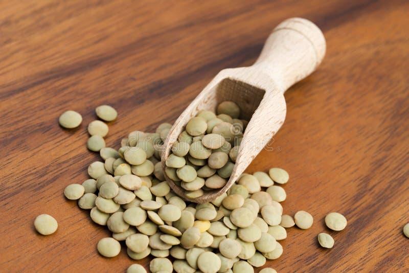 Сухие органические зеленые чечевицы стоковое фото rf