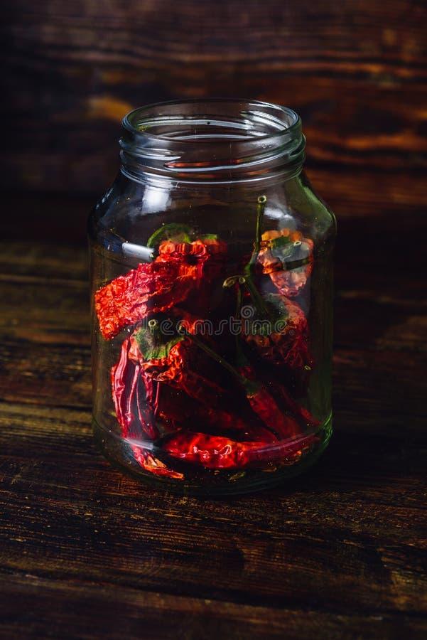 Сухие перцы красного Chili внутри опарника стоковое изображение