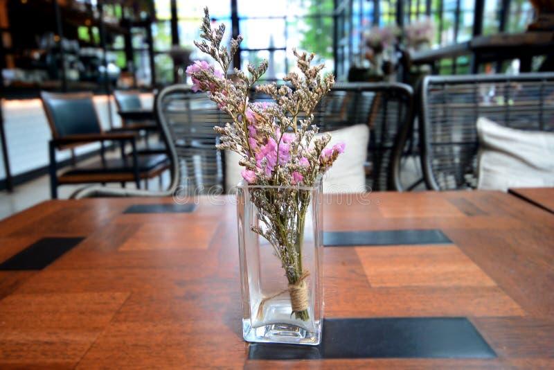 Сухие цветки в стеклянной вазе на таблице стоковое изображение