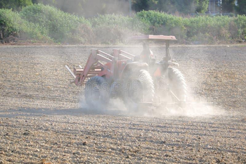 Сухое и засушливое сельскохозяйственное угодье во время засухи стоковые фотографии rf