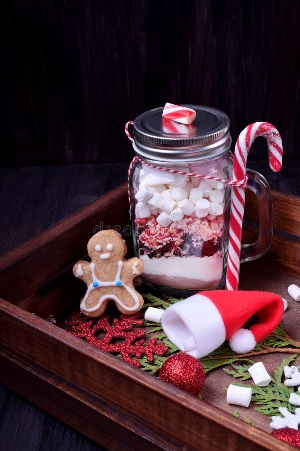 Сухое наслоенное смешивание для подготовки горячего шоколада в стеклянном опарнике каменщика окруженном атрибутами рождества стоковые изображения rf