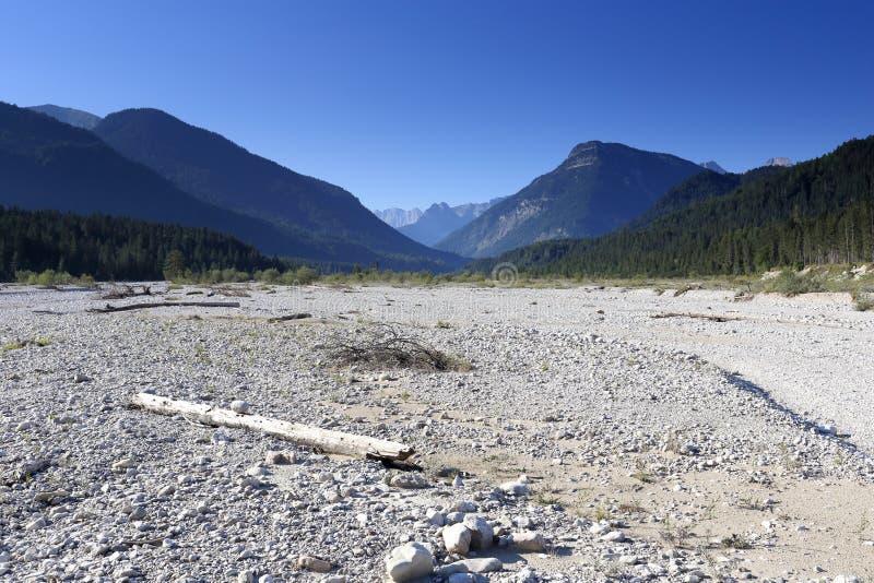 Сухое русло реки в естественном ландшафте стоковые изображения