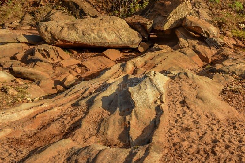Сухое русло реки в районе Kajiado, Кении стоковые изображения