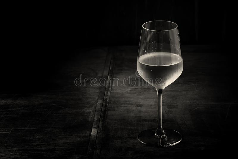 Сухое холодное белое вино, винтажная темная деревянная предпосылка, чернота и whi стоковое изображение