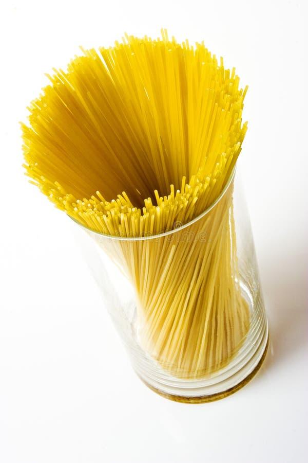 Сухое spagetti в большом стекле стоковые изображения