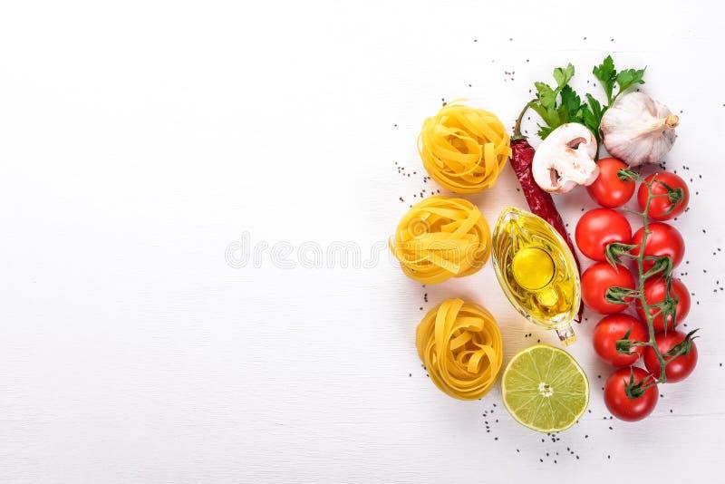 Сухое tagliatelle макаронных изделий, fettuccine с овощами стоковые изображения rf