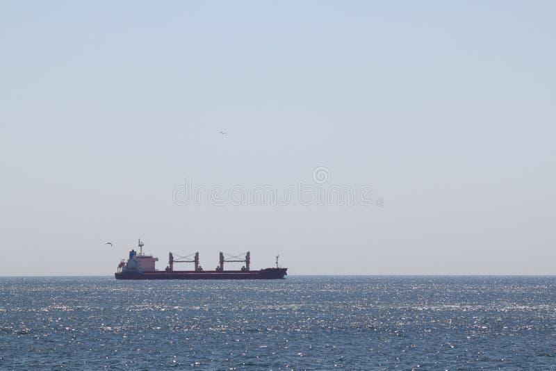 Сухой грузовой корабль на курсировать стоковое фото