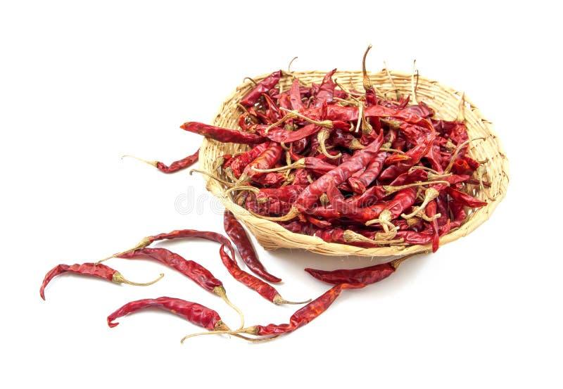 Сухой красный chili в корзине изолированной на белой предпосылке Высушенный красный chili в бамбуковой изолированной корзине Высу стоковое фото