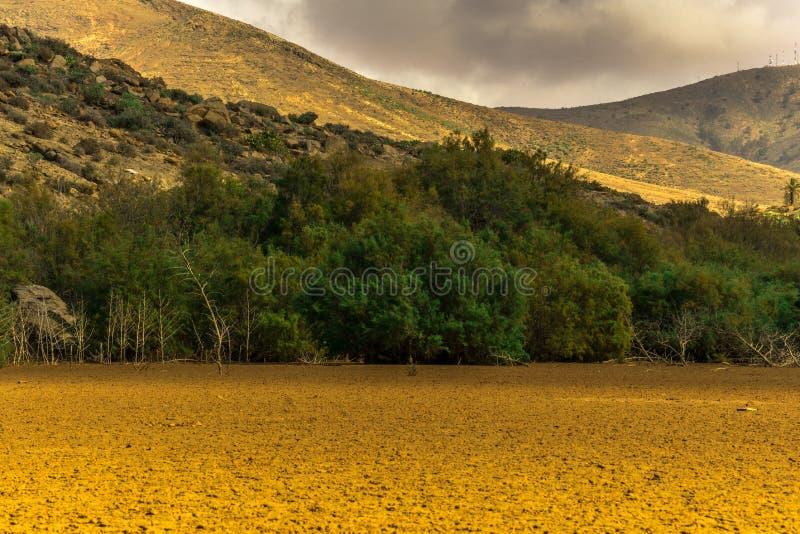Сухой резервуар с горами стоковое фото