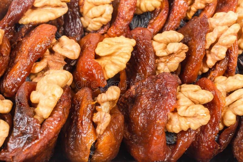 Сух-вылеченные абрикосы заполненные с грецкими орехами и концом-вверх изюминок стоковое фото rf