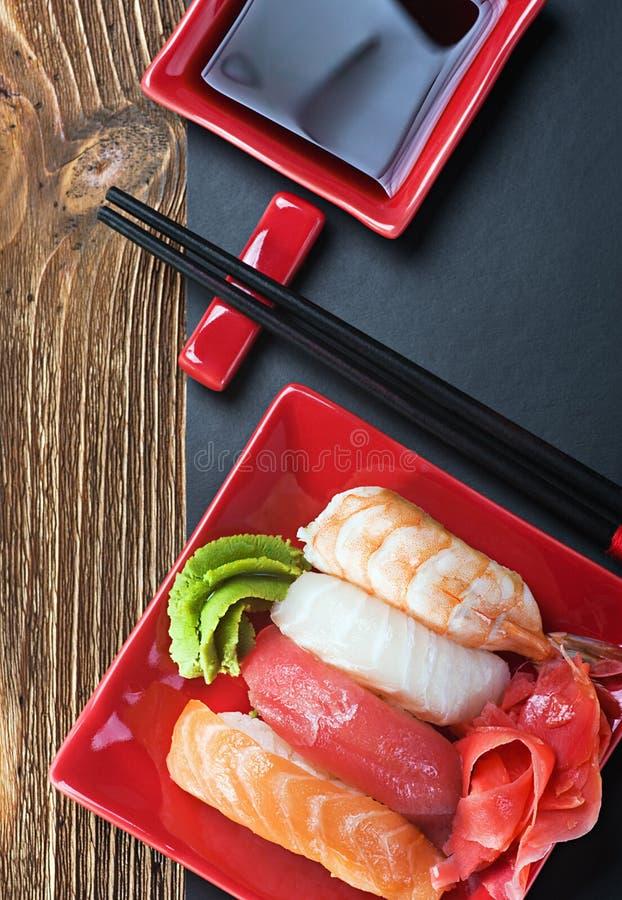 Суши и палочки морепродуктов стоковые изображения rf