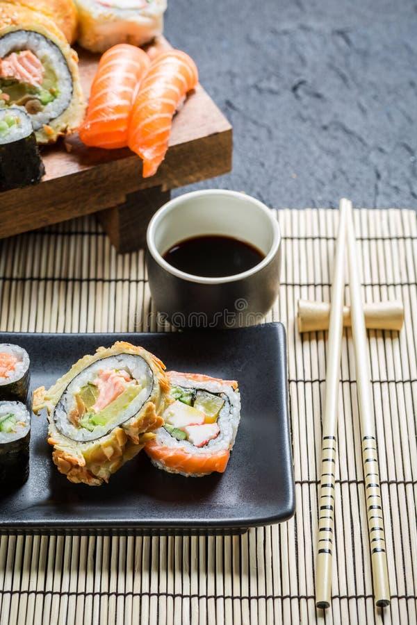 Download Суши, который служат с соевым соусом Стоковое Фото - изображение насчитывающей культура, крен: 40587142