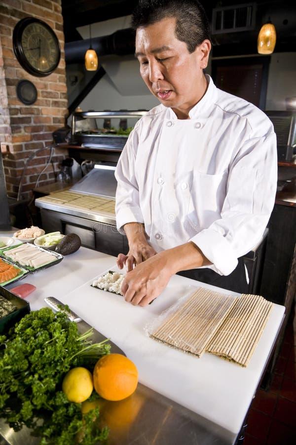 суши крена ресторана шеф-повара японские делая стоковое фото