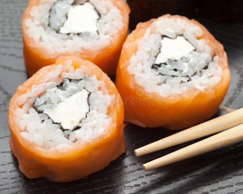 Суши сделанные из сыра копченых семг и Филадельфии стоковые фотографии rf