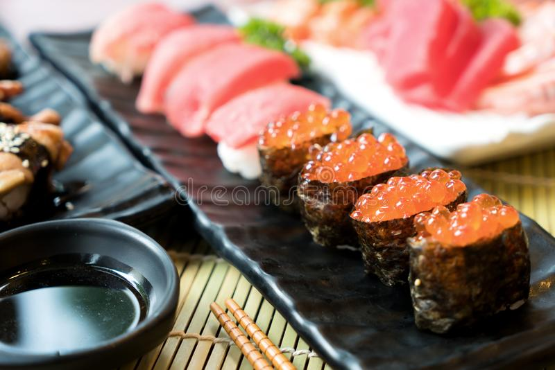 Суши с палочками и соевым соусом Еда крена суш японская внутри стоковые изображения