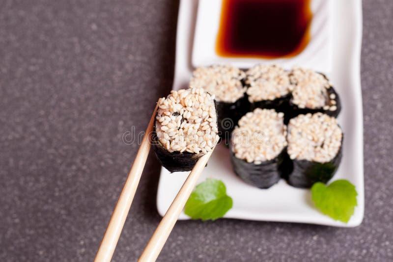 Суши с сезамом на белой плите стоковое фото rf