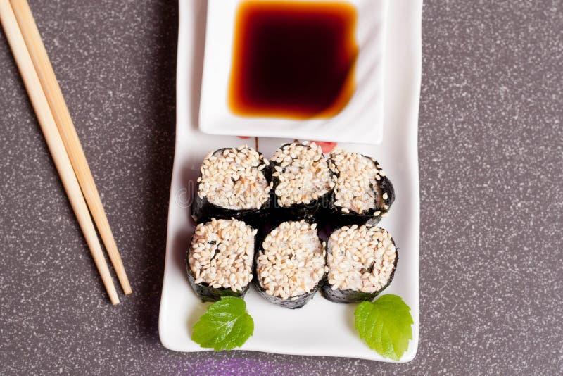Суши с сезамом на белой плите стоковые фотографии rf