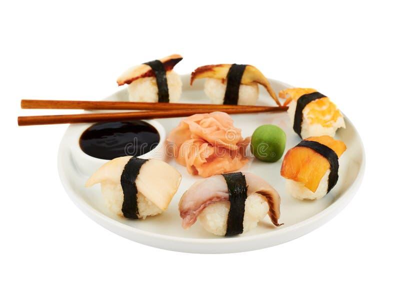 Суши с соевым соусом на плите стоковые фотографии rf