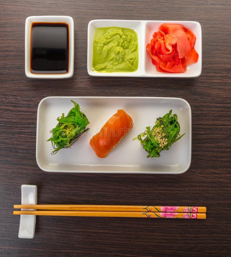 Суши с salmon и пряное gunkan стоковые фотографии rf