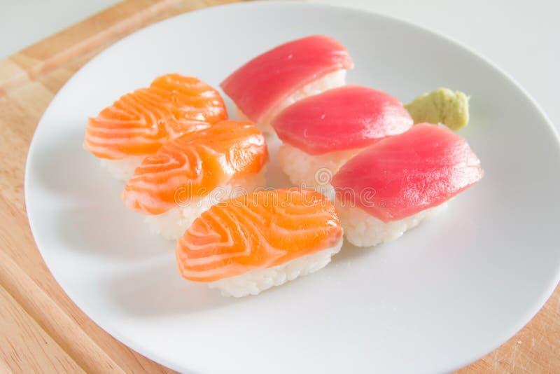 Суши установленные на белую плиту Еда Janpan стоковое изображение rf