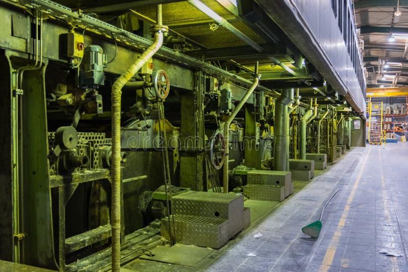 Сушильщик бумажной фабрики вращательный барабанит цилиндрами расквартировывая промышленный e стоковые изображения rf