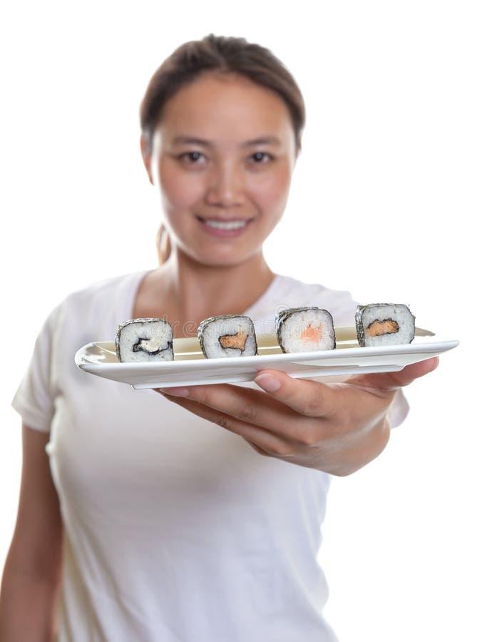 Суши японской официантки предлагая  стоковые фотографии rf