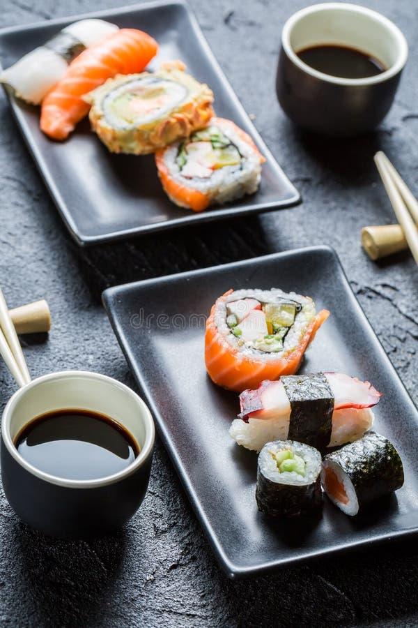 Download Суши для 2, который служат с соевым соусом Стоковое Фото - изображение насчитывающей выкружка, рыбы: 40585850