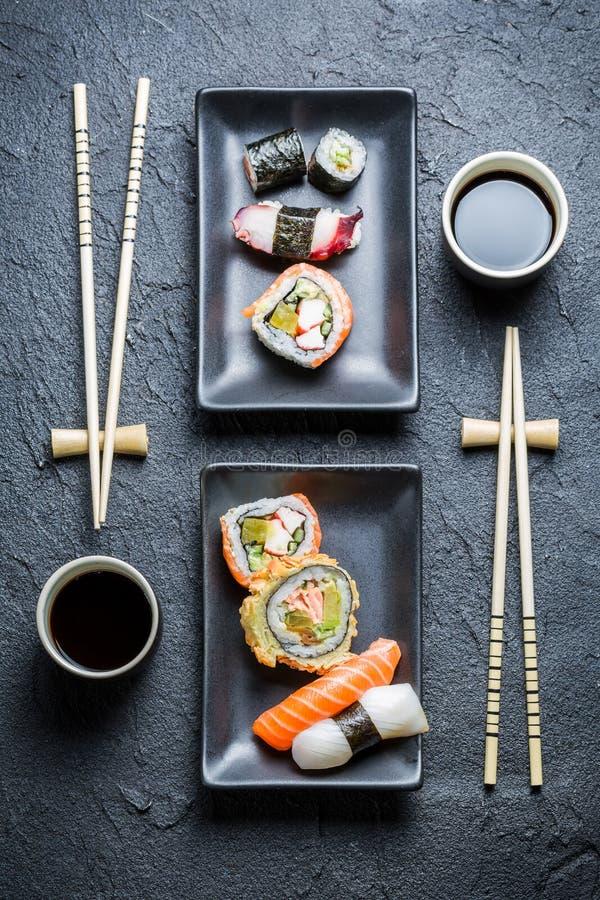 Download Суши для 2 служили в черноте керамической Стоковое Фото - изображение насчитывающей келп, здорово: 40585870