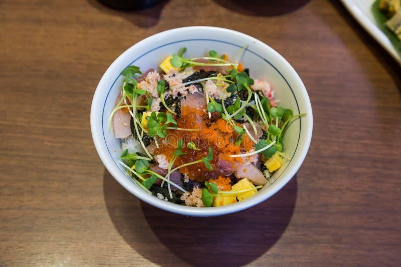 Суши Chirashi: Свежие смешанные морепродукты над рисом стоковые фотографии rf