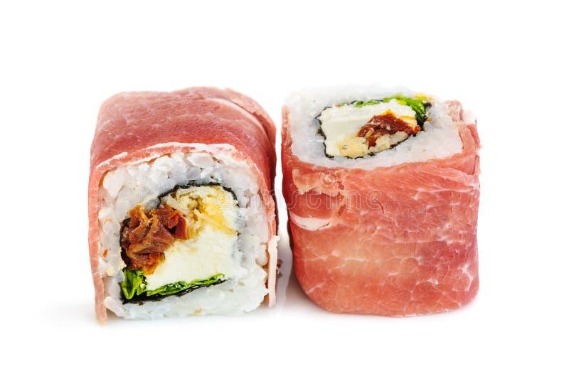 Суши maki Uramaki с procsiutto, 2 кренами изолированными на белизне стоковое фото rf