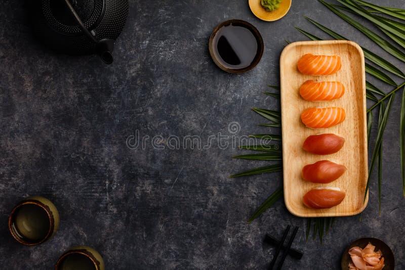 Суши Nigiri установили с семгами и тунцом, который служат на бамбуковой плите стоковое фото