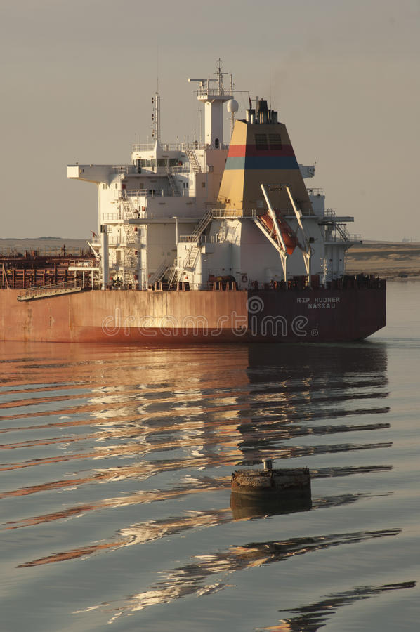 СУЭЦ CANAL/EGYPT - 3-ье января 2007 - СУЛОЙ Hudne судно-сухогруза стоковые фото