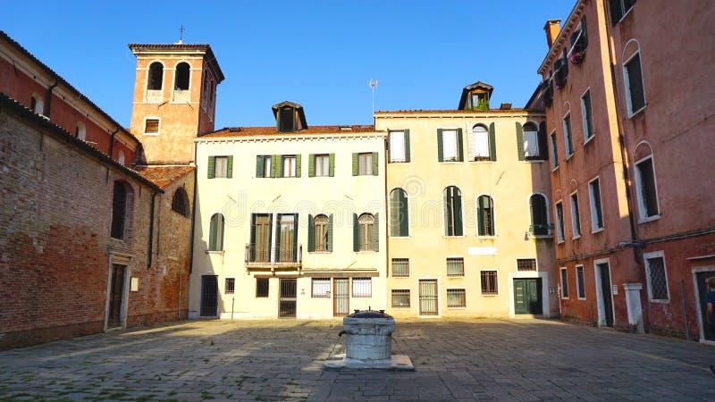 Суд с старинными зданиями стоковые фото