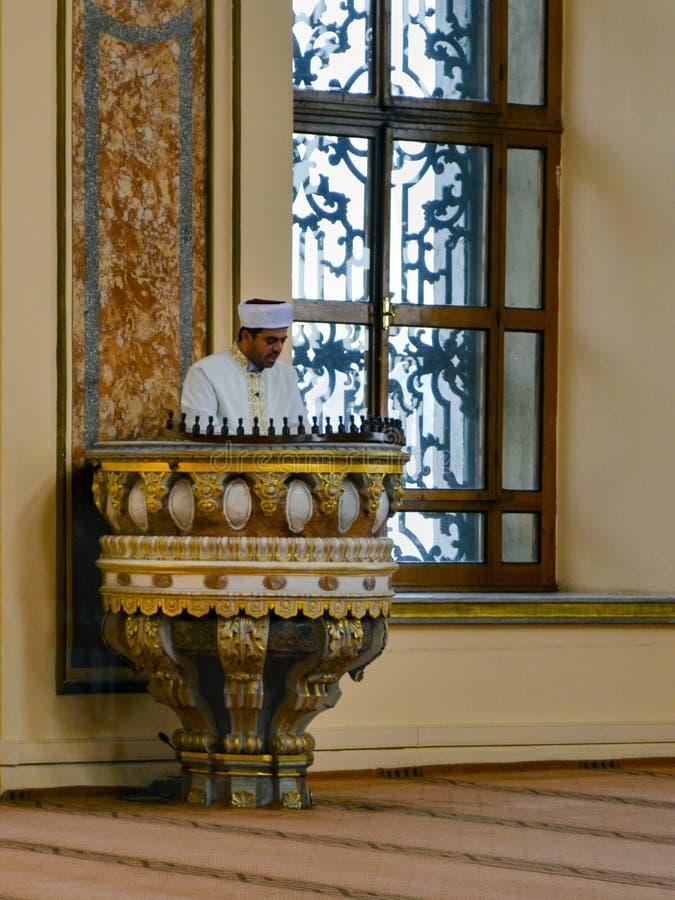 Султан Bezm-i Alem Valide/имам мечети Dolmabahce проповедуя внутри стоковое фото