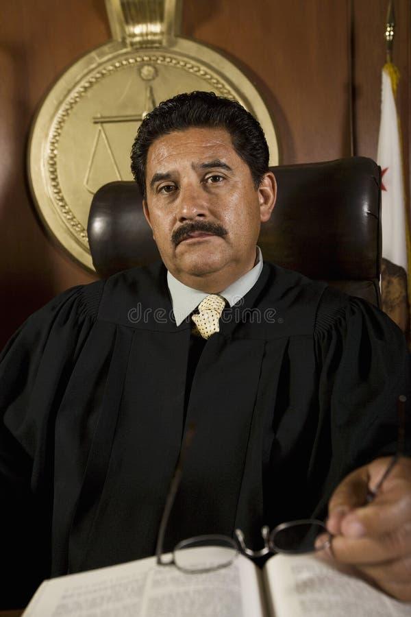 Судья в зале судебных заседаний стоковое фото rf