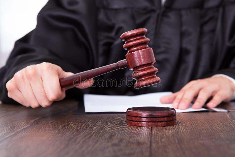 Судья держа мушкел стоковое фото