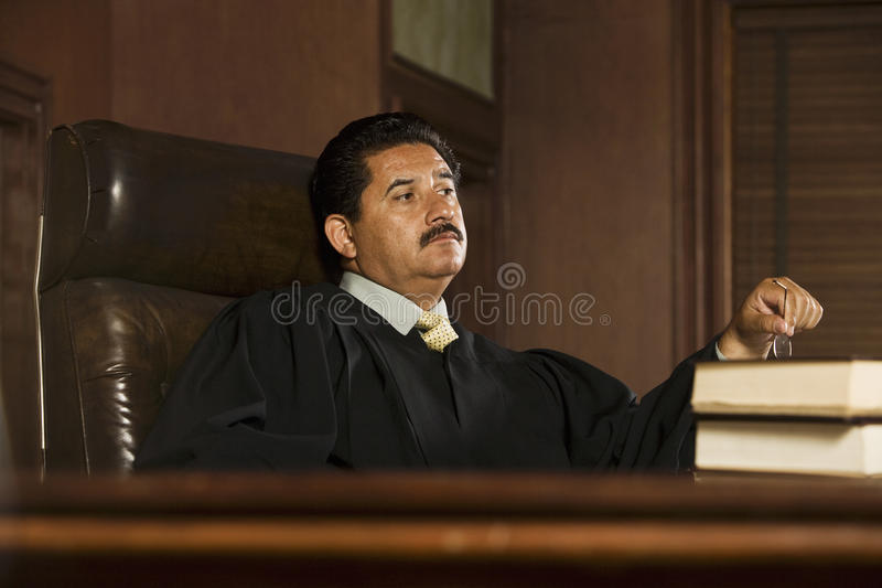 Судья сидя в зале судебных заседаний стоковые изображения rf