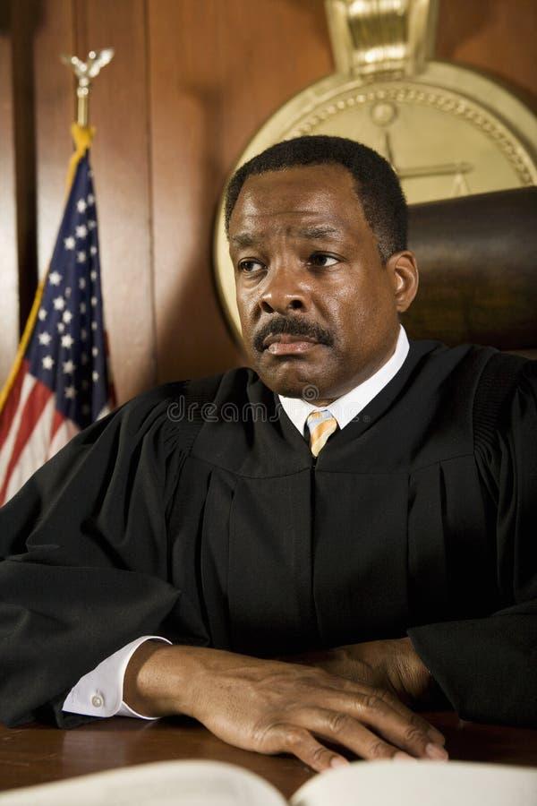 Судья сидя в зале судебных заседаний стоковое фото rf