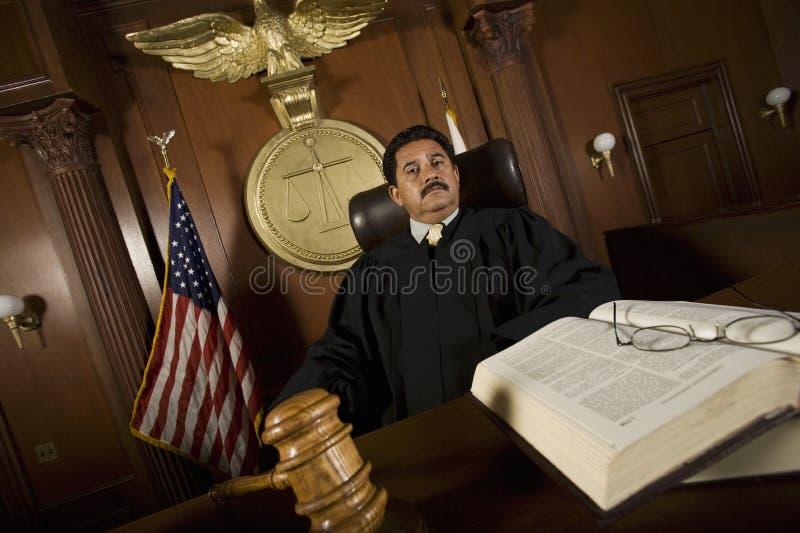 Судья сидя на стуле стоковые фотографии rf